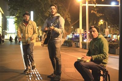 的两个小伙,靠街头卖唱穷游世界,一路就这样唱到了南京.-三个流图片